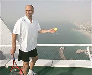 بالصور: مباراة تنس على ارتفاع 200 متر