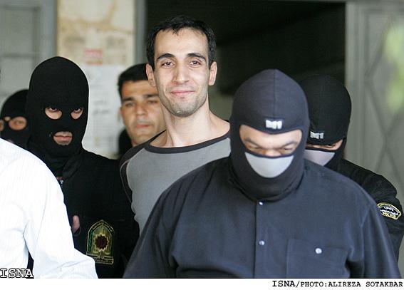 رجل يبتسم قبل اعدامه بلحظات