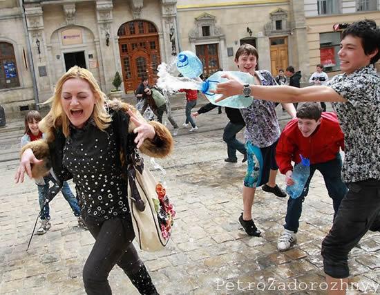 مطاردة الفتيات في يوم البلل في مدينة لفيف الاوكرانية