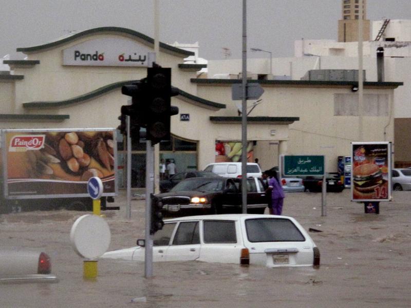 صور من أمطار الرياض قبل ساعة وغرق السيارات
