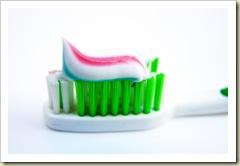 سر الخطوط الحمراء في معجون الاسنان