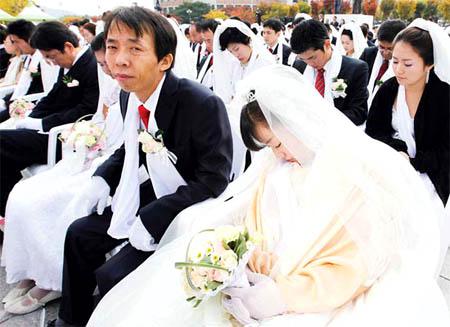 عروس نايمه يوم عرسها هههه