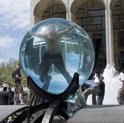 شاب يعيش بداخل كرة ماء 22 يوم