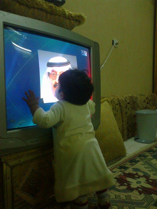 صوره طفل يحب الملك - معبره لطفله سعوديه بعد القرارات الملكيه