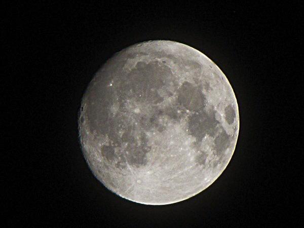 إطلالة القمر البهية في الساعة الواحدة بعد منتصف ليلة 17 فبراير 2011