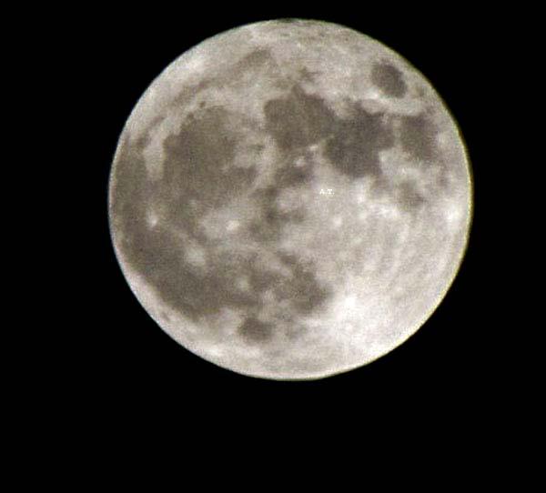 إطلالة القمر المنير في الساعة 11 ونصف مساء 19 اذار 2011