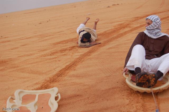 التزلج على الطريقة السعودية في رمال الصحراء_ التزلج بالصور