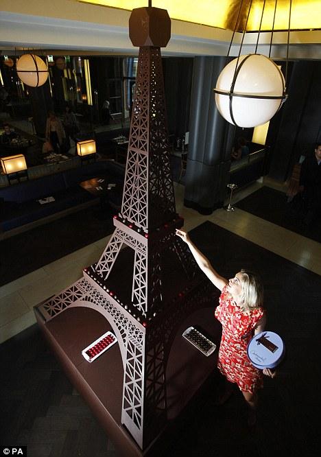 برج ايفل مصنوع من الشكولاته