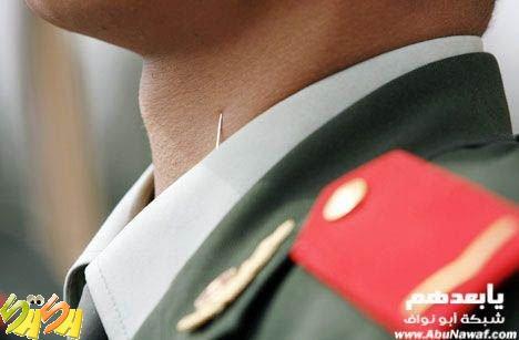تدرون ليه الشرطي الصيني رافع راسه دوووم ؟
