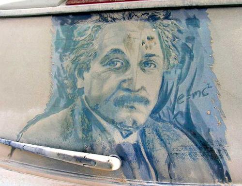 فنان يبدع لوحاته بغبار نوافذ السيارات