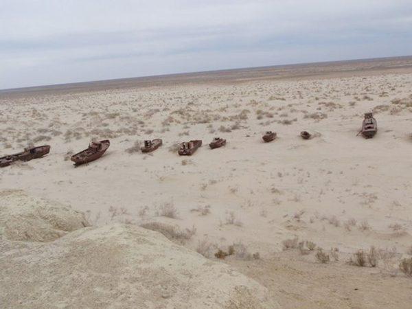 بحر يتحول الى صحراء من غضب الله بالصور