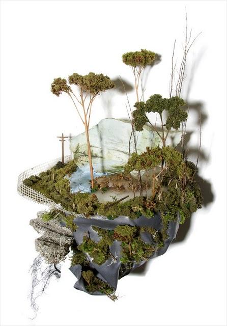 عالم صغير نحته الفنان المبدع Gregory Euclide