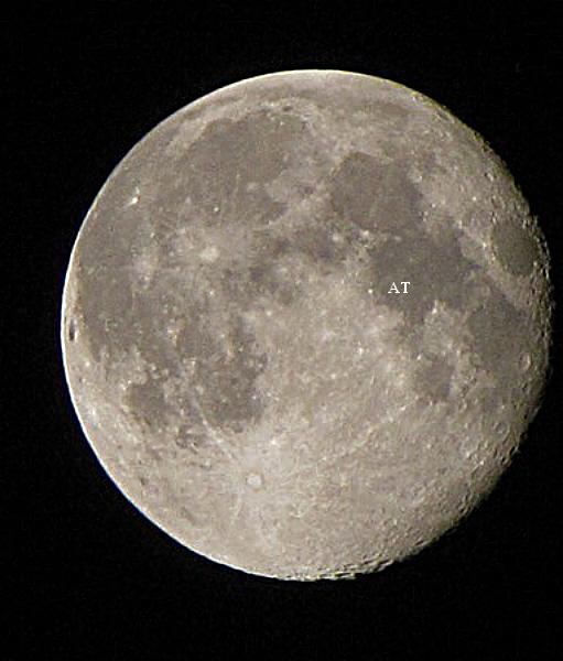إطلالة القمر المنيرة الشاهقة فوق مدينتنا فجر اليوم 4 اب 2012