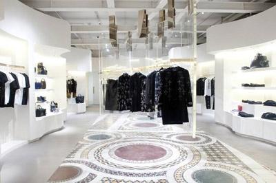 الشهيرات بفساتين Versace في افتتاح أول متجر للماركة في سوهو