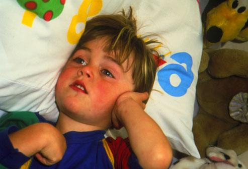 بالصور : ما يجب أن تعرفه عن التهابات أذن الأطفال