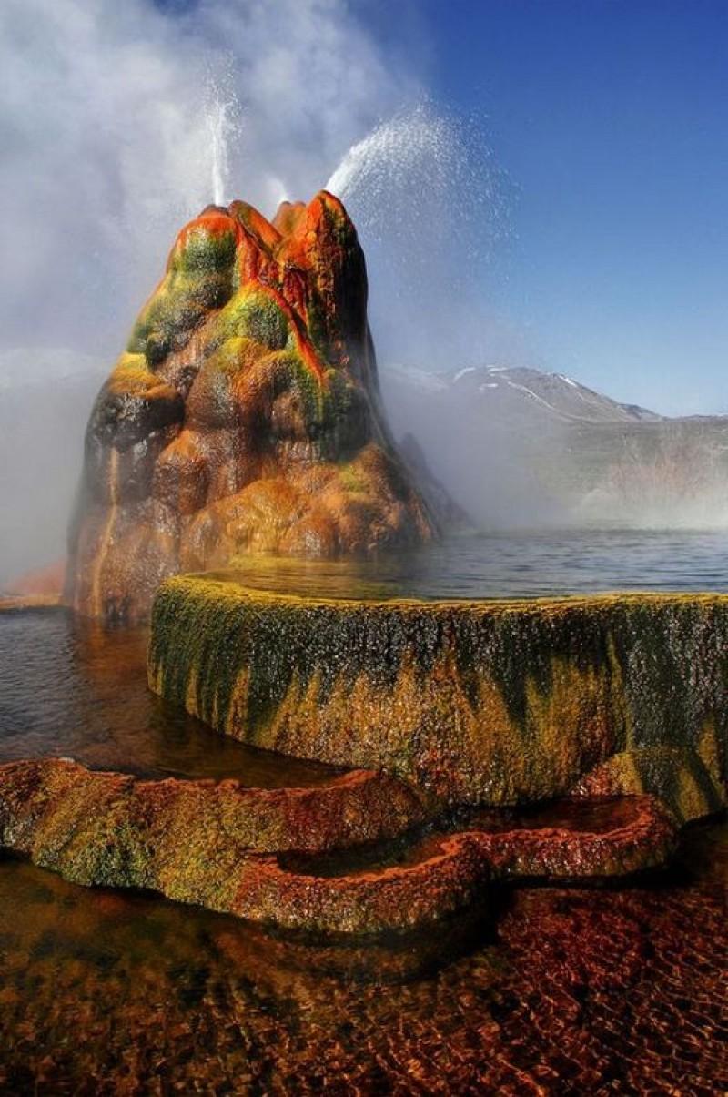 ابداع الخالق سبحانه صور نبع ماء حار بتدرجات لونية مذهلة
