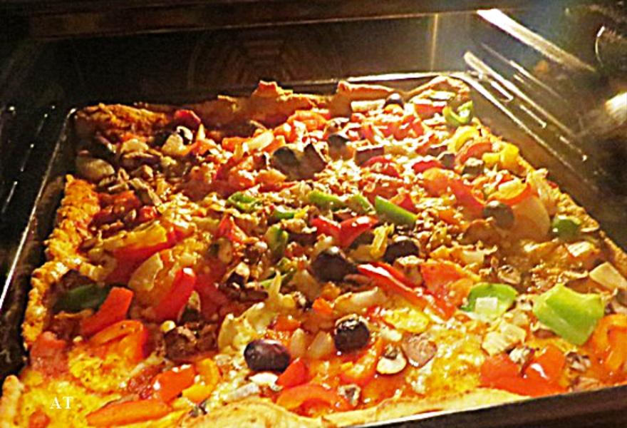 البيتزا اللذيذة مع جبنة بارمزان وخضروات 30 نوفمبر 2013