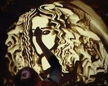 فنون ومجسمات ورسومات بالرمل