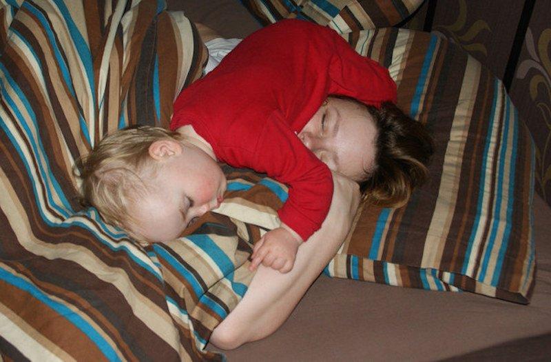 أطفال غلبهم النوم في أماكن ظريفة