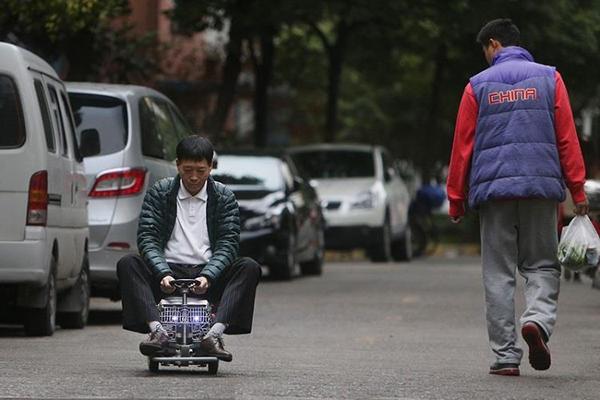 صيني يصنع أصغر سيارة في العالم لتفادي زحمة المرور