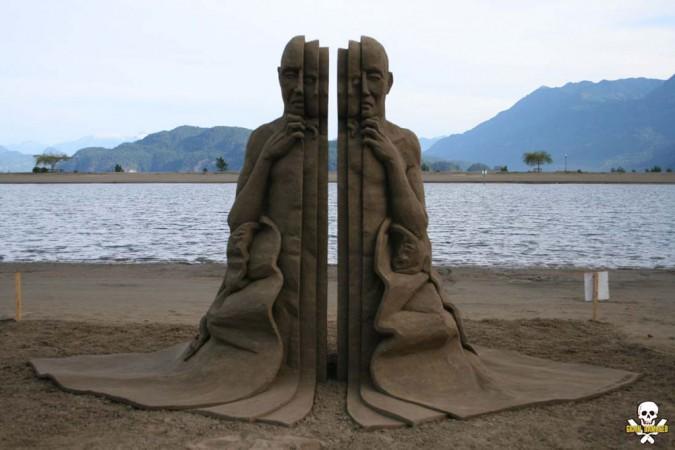 فنان أمريكى يحول الرمال إلى تماثيل مجسمة