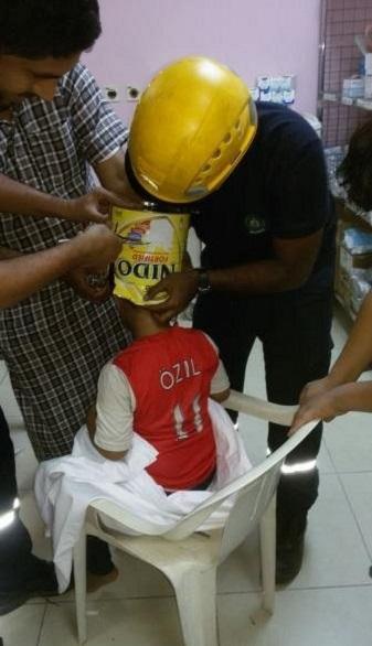 طفل يعلق رأسه داخل علبة حليب بالسعودية