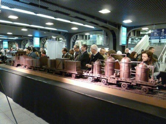 اطول هيكل فى العالم مبنى من الشوكولاته - قطار الشوكولاته