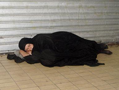 واسلاماه - امرأة عراقية تنام علي الرصيف